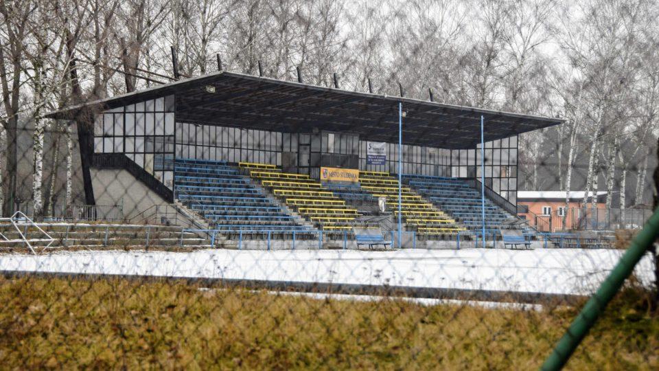 Tribuna fotbalového stadionu je z roku 1974