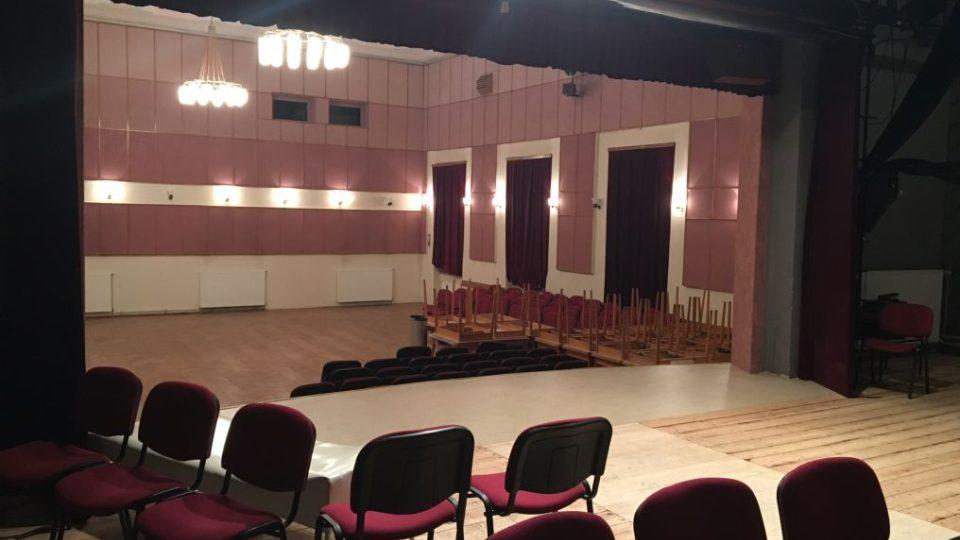 Vlakem až do divadla můžete zajet v Meziměstí na Broumovsku. Jeviště tam mají jen pár metrů od kolejí
