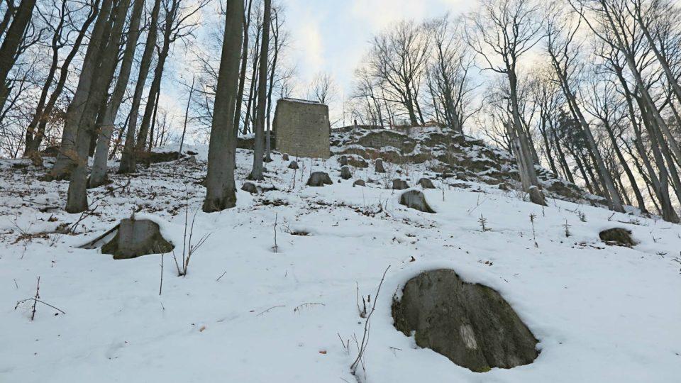 Nejstrmější přístup ke zřícenině hradu vede po severozápadním svahu