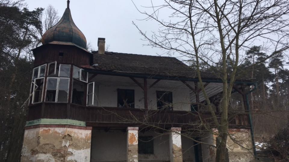 Bývala tu noblesní prvorepubliková restaurace, teď však vila Fiala v Blatné už roky chátrá