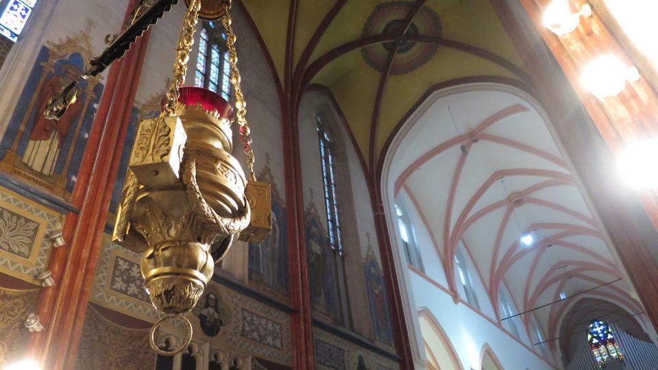 Podoba interiéru kostela je výsledkem novogotické úpravy architekta Františeka Schmoranze