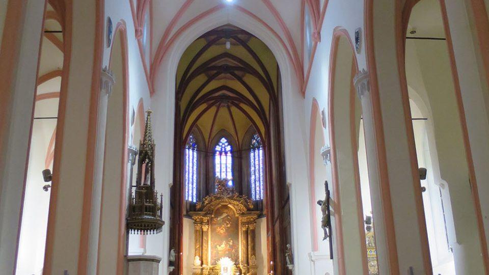 Pohled z hlavní lodi kostela do hlubokého kněžiště, v interiéru kostela je celkem 23 schodů