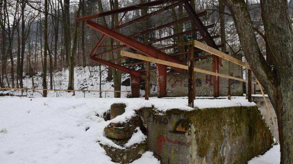 Místo zbytků kovové konstrukce střechy má přibýt lezecká stěna