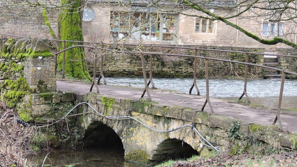 Středověká atmosféra vesnice Bilbury v hrabství Gloucestershire láká turisty