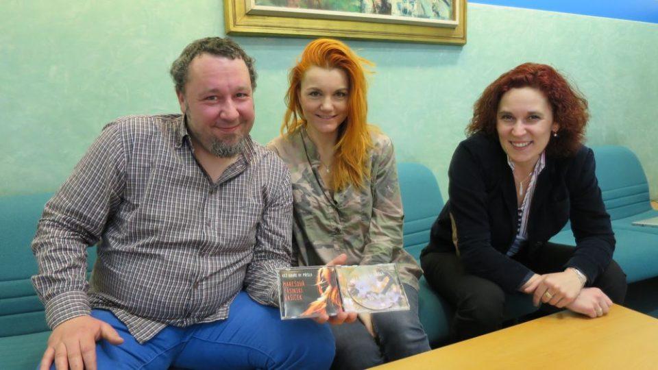 Zpěvačka Iva Marešová ve studiu Českého rozhlasu Hradec Králové. Spolu s Lucií Peterkovou a Tomášem Peterkou