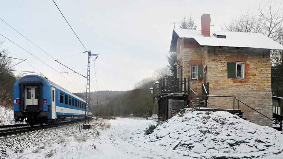 Ke strážním domkům u Bezpráví míří kroky nejen fanoušků železnice, tento je nejdochovalejší