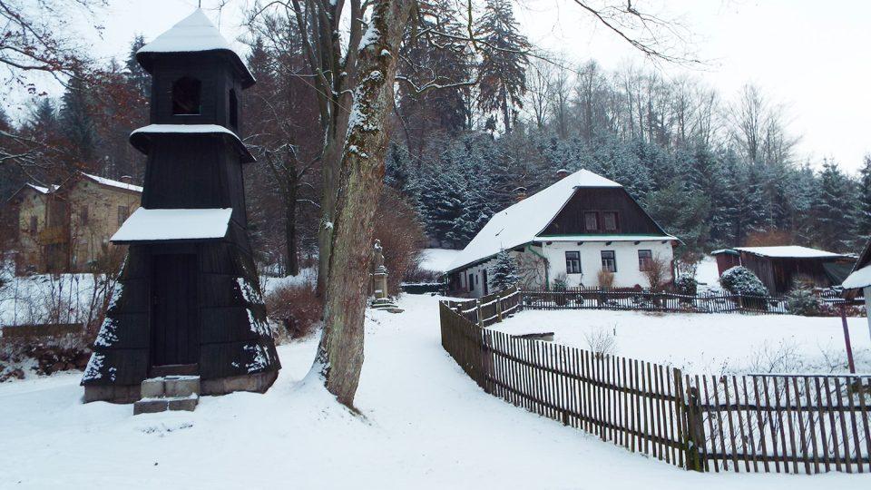V obci Záchlumí mají hned tři zachovalé dřevěné zvoničky, na tuto pod hradem Litice se dodnes zvoní každý den klekání