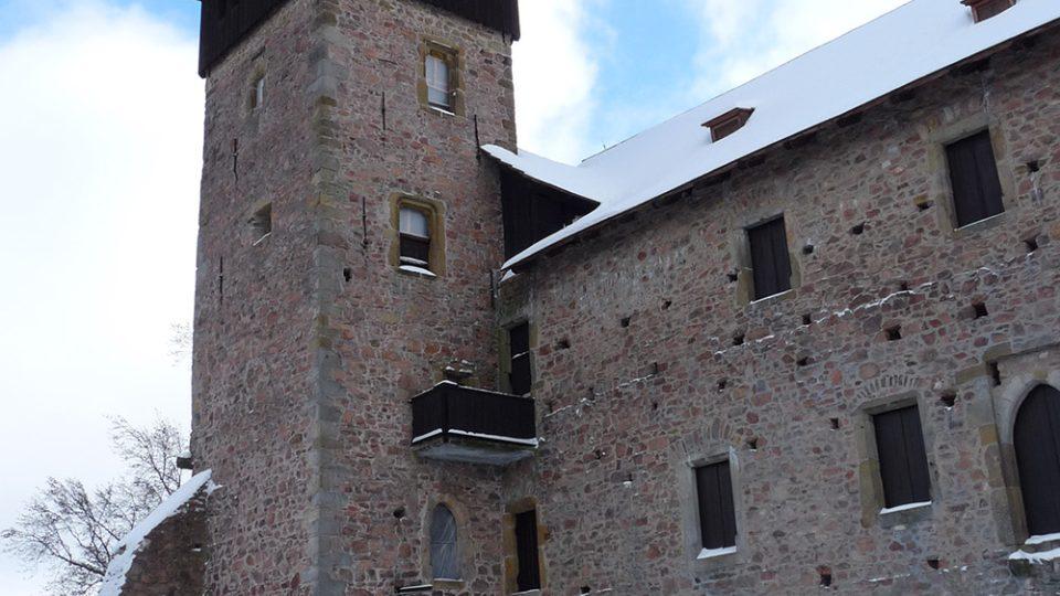 V zimě zůstává brána hradu Litice zavřená, můžete si ale udělat procházku kolem něj a pak třeba také výšlap na nedaleký Potštejn