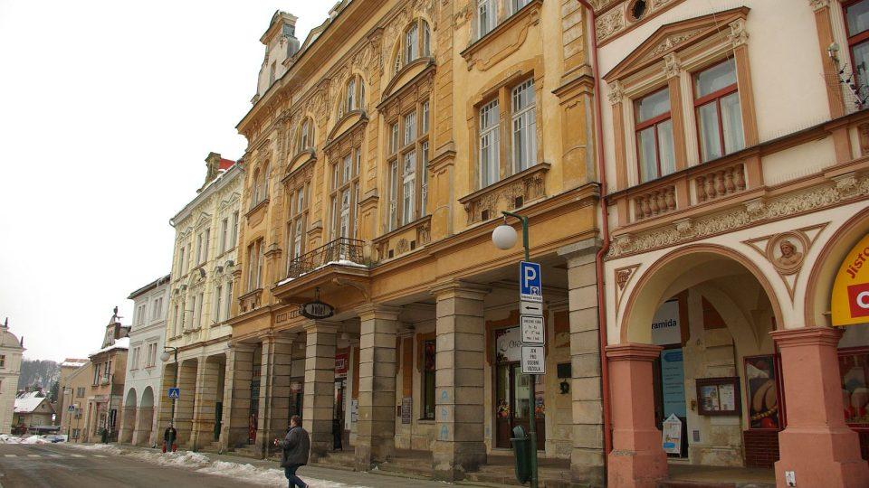 Secesní stavba a ozdoba Masarykova náměstí v Nové Pace, legendární hotel Centrál, se po letech chátrání vrací díky novopacké Jednotě bratrské zpátky do života
