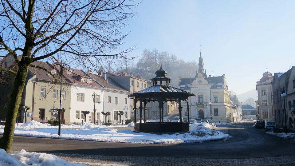 Dominantou Komenského náměstí v Brandýse nad Orlicí je historická budova radnice