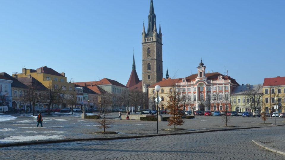 Náměstí J. Žižky z Trocnova v Čáslavi, vlevo v rohu bývalá chlapecká škola