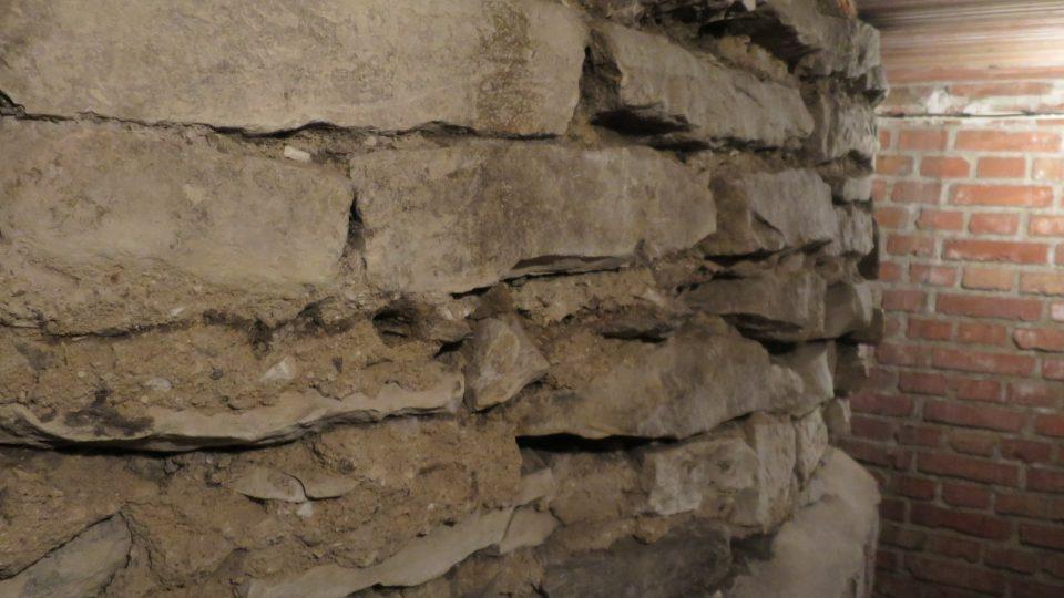 Pod dnešním kostelem sv. Klimenta si lze zblízka prohlédnout základy rotundy