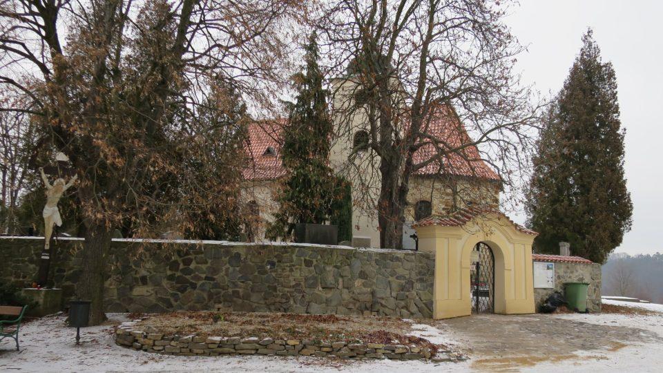 Kostel se nachází v areálu bývalé akropole a zajímavostí také je, že ho obklopuje starý hřbitov z 10. a 11. století