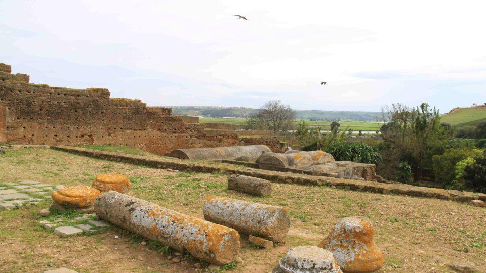 Prohlídka pozůstatků někdejšího antického města je příjemnou procházkou. Komplex je navíc dobře dostupný z metropole Rabatu