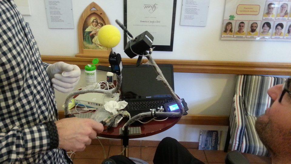 Český vynález, tzv. ústní myš, dokáže lidem s roztroušenou sklerózou výrazně zkvalitnit život