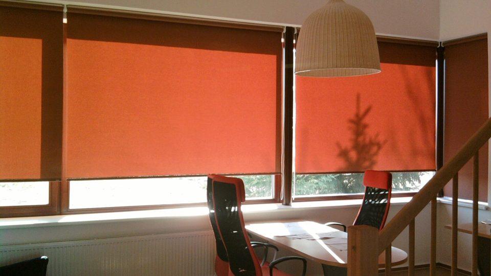Montáž rolet lze provést nad okno do zdi nebo do stropu