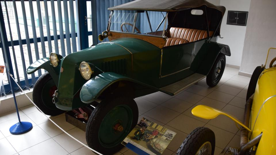 Tatra 11 - první Ledwinkův vůz s centrální nosnou rourou, výkyvnými polonápravami a vzduchem chlazeným motorem