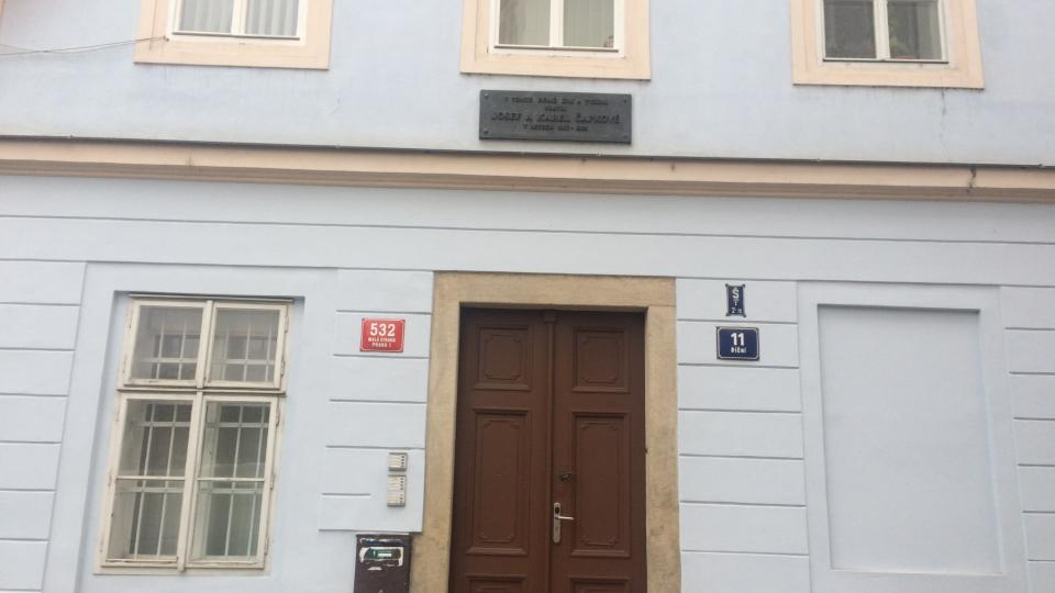 Dílna sídlí v domě na Říční ulici.