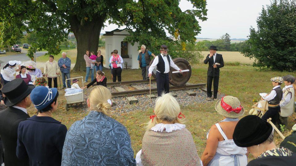 U nejkratších kolejí v Česku se každý rok na sv. Václava scházejí příznivci Spolku archaických nadšenců a dělají živý obraz