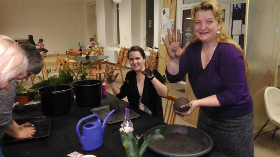 Jak vyrábět kokedamy si mohly vyzkoušet účastnice kurzu v libereckém Kultivaru