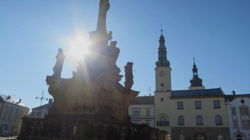 Morový sloup a renesanční radnice na náměstí T. G. Masaryka v Moravské Třebové