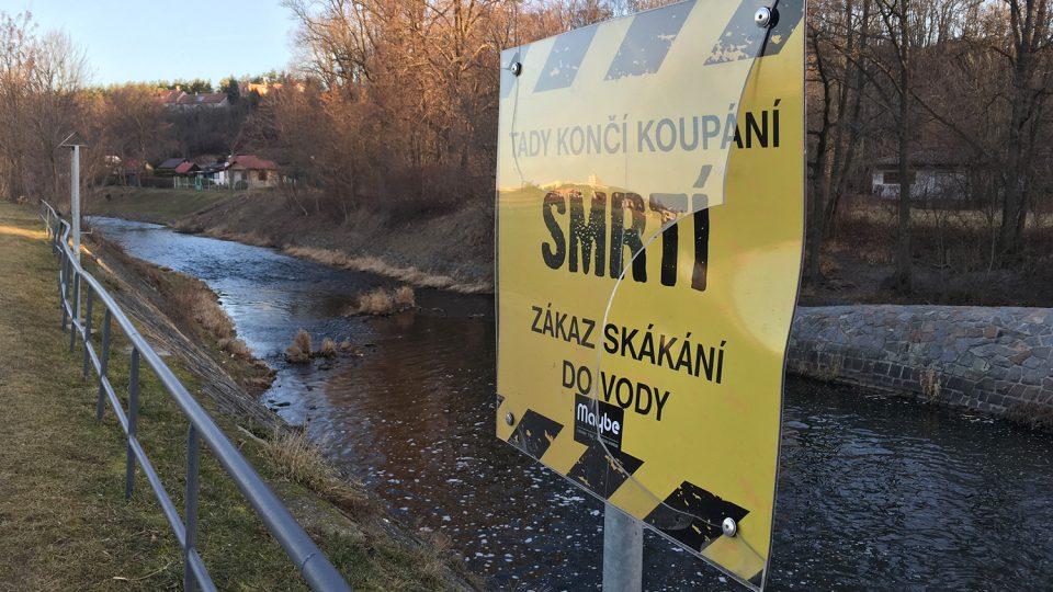 V Janderově vandalové poničili i výstražnou desku varující před nebezpečným jezem