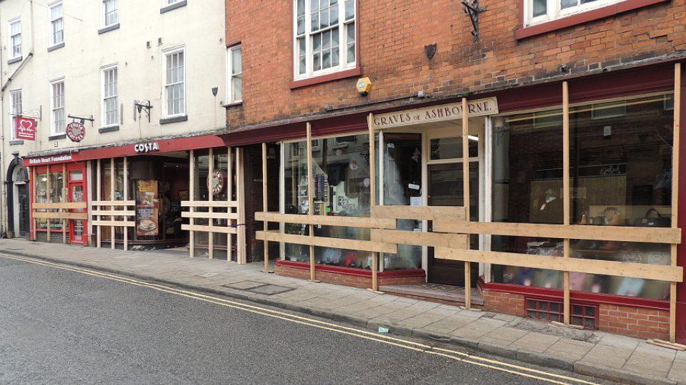 Obchodníci ve městě doufají, že jejich krámky dřevěné bednění ochrání