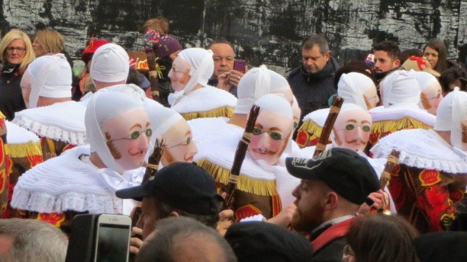 Když si nasadí masky, vypadají gillové jako jeden muž