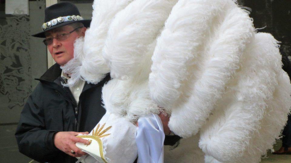Obří bílý klobouk je tradičním atributem karnevalu v Binche