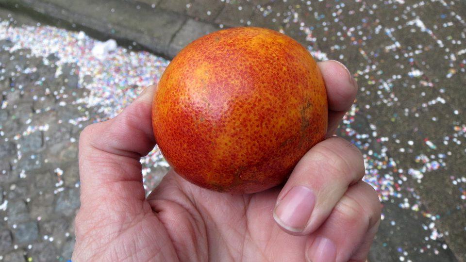 Jeden z krvavých pomerančů chytil i zpravodaj ČRo Filip Nerad