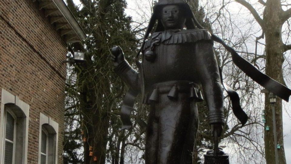 Karneval v Binche má mnohaletou tradici. Ve městě ho připomíná i socha tradiční postavy - Gilla
