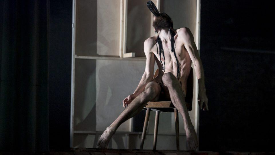 Z inscenace The Trial Maxima Diděnka