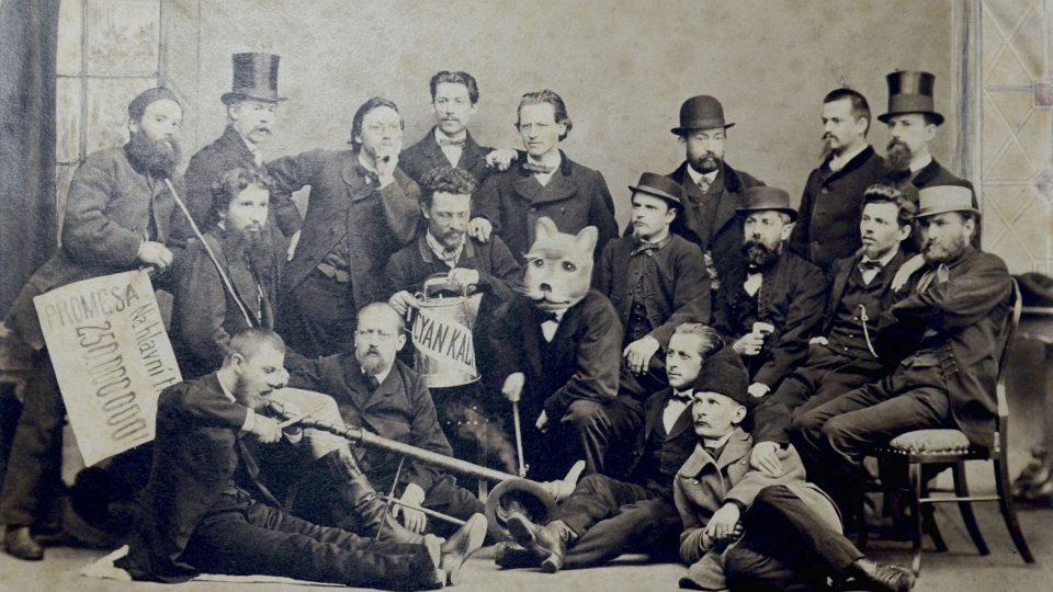 Zábavní společnost při masopustním veselí. Mezi nimi plzeňští měšťané J.Böttinger, H. Port, B. Guldener a další. 70. léta 19. století