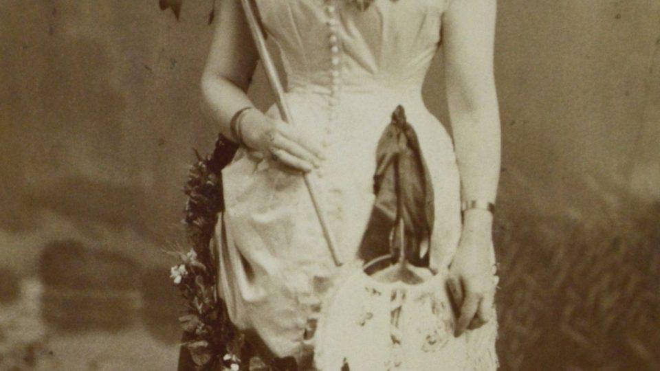 Léto, paní Charlotta Klostermanová (manželka spisovatele). Foto Dvořák a Roškota, 80. léta 19. století