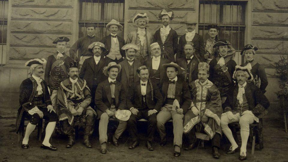 """Skupina maskovaných Sokolů ze Šibrinek """"V říši copu"""", 1911"""