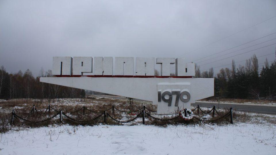 Poutač na příjezdové cestě do Pripjati - slouží jako improvizovaný památník