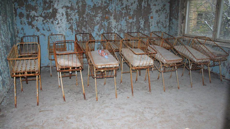 Dětské postýlky na gynekologicko-porodnickém oddělení nemocnice v Pripjati - jedno z nejfotografovanějších a zároveň nejdepresivnějších míst v Zóně