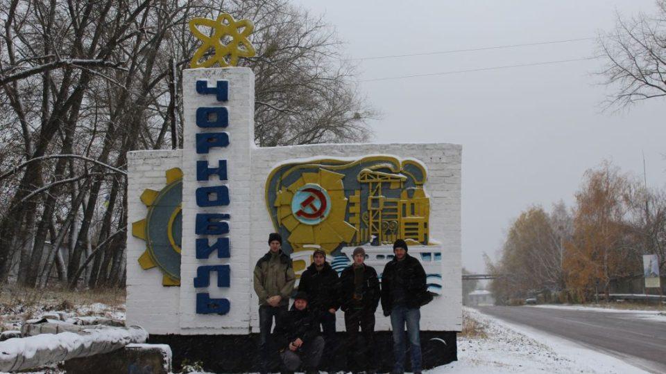 Členové Expedice Černobyl 2017 před poutačem městečka Černobyl. (Zleva: Jan Bezr, Zdeněk Hroch, Mojmír Kubec, Tomáš Zelenka, v popředí Vojtěch Cvejn)