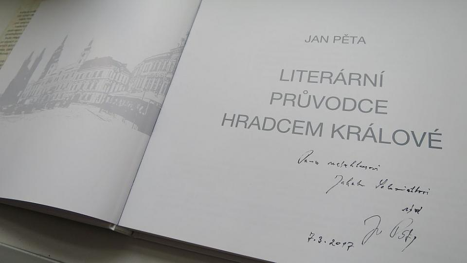 Bývalý ředitel Knihovny města Hradec Králové Jan Pěta a jeho Literární průvodce Hradcem Králové