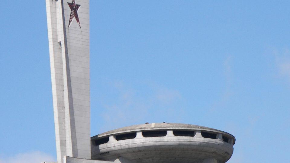 UFO uprostřed bulharských hor? Kdepak - betonová pocta bulharskému komunismu.