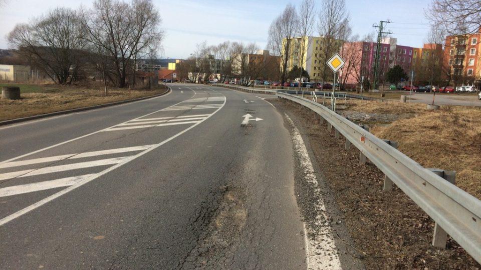 Na silnici před Týnem nad Vltavou směrem od Veselí nad Lužnicí byla řada šesti výmolů