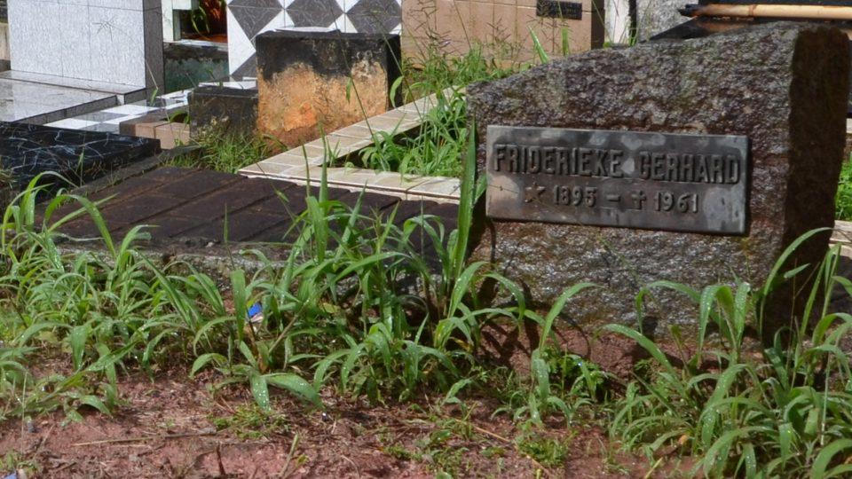 Na hrobu byla dvě příjmení Gerhard. Tabulka falešného Gerharda, tedy Josefa Mengeleho, ale zmizela i s půlkou náhrobního kamene.