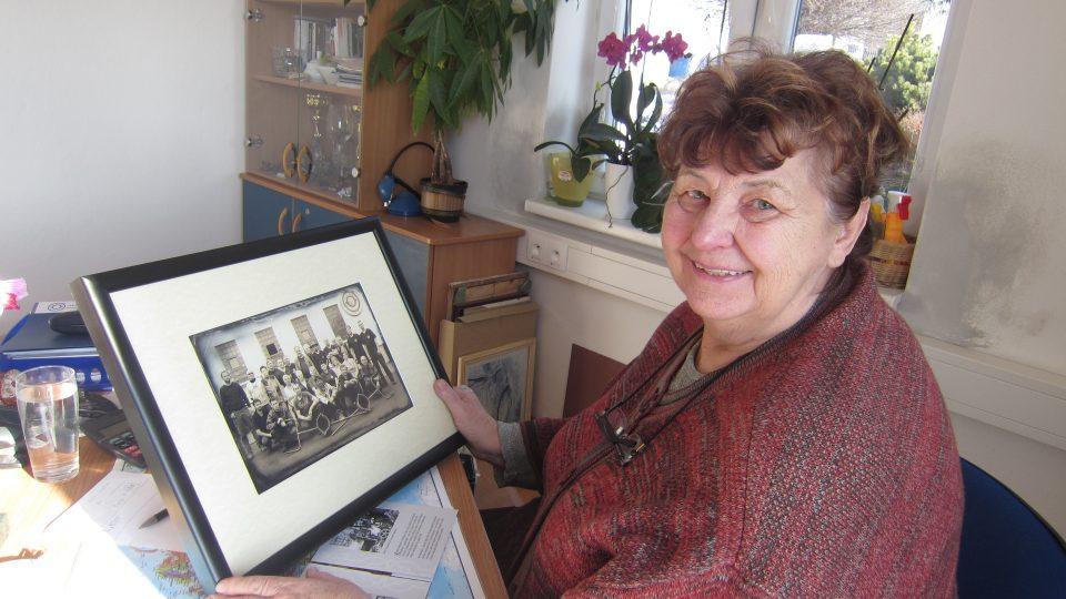 Hana Portová 1Hana Portová s fotografií od zaměstnanců, která vznikla podle sto let staré fotky; překvapení k pětasedmdesátým narozeninám.