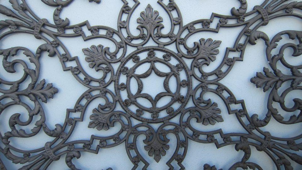 Nádvoří firmy zdobí ukázky výrobků, především zahradní a dekorativní litiny.