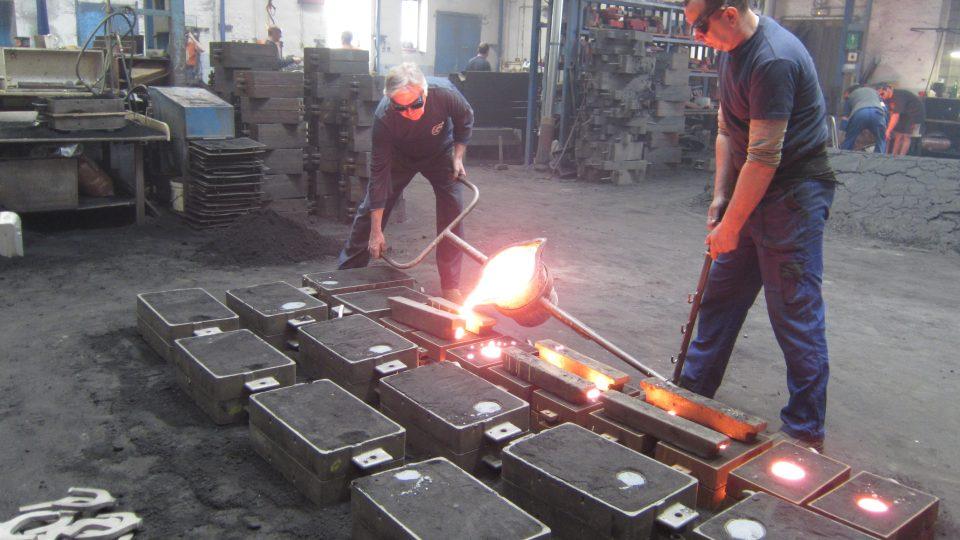 Práce s natavenou hmotou, která dosahuje teploty kolem 1500 stupňů, vyžaduje zručnost a zkušenost.