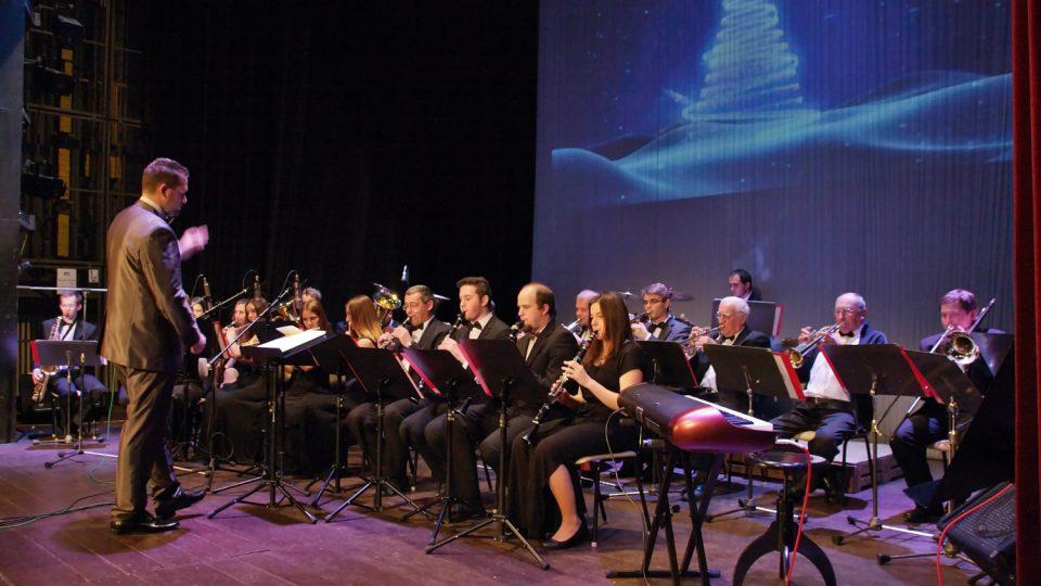Dechový orchestr Kulturního domu města Holic s dirigentem Ondřejem Lisým