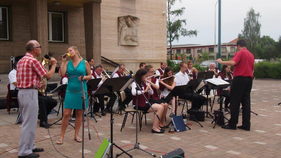 Promenádní koncert dechového orchestru v Holicích v létě 2016