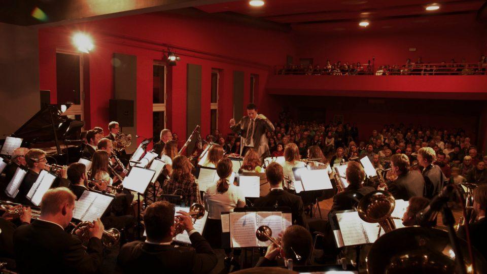Dirigentem a vedoucím orchestru je od roku 2002 Ondřej Lisý