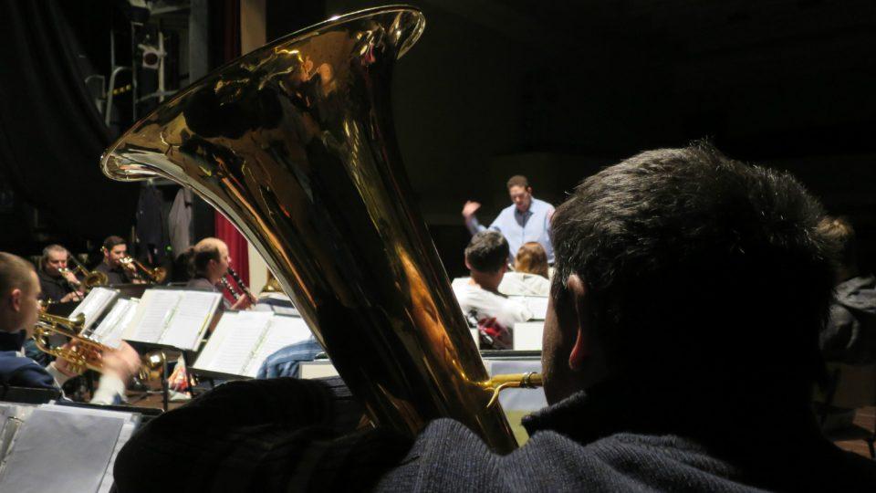 Členové orchestru na zkoušce v Kulturním domě v Holicích v únoru  2017