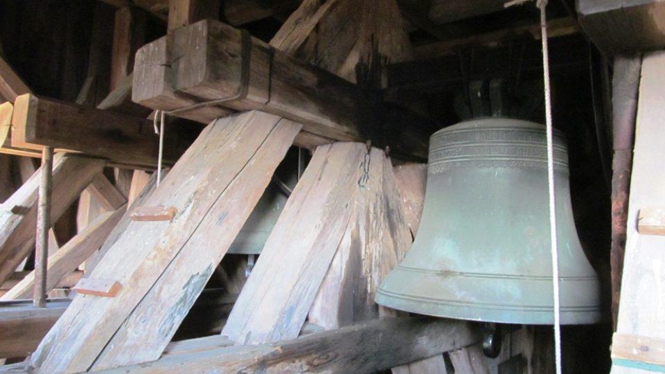 Na zvony v trstěnické zvonici se stále zvoní a ručně, jsou ze 16. století